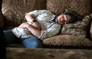 LBF homme endormi sur divan