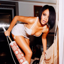 Rihanna avec un aspirateur !!!